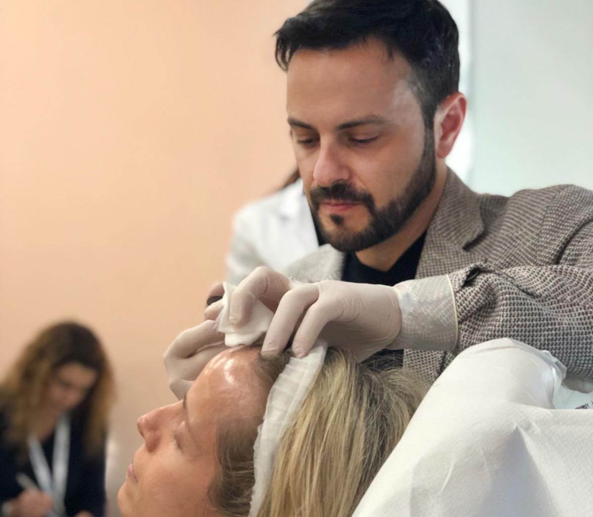 Lisandro Farollch inyectando botox